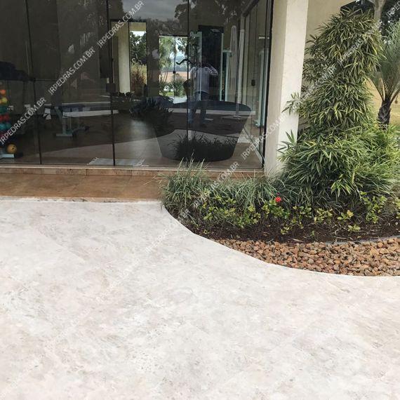 (5) pedra-travertino-piso-jardim-frente